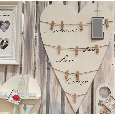 Jasna tablica z klamerkami w kształcie serca