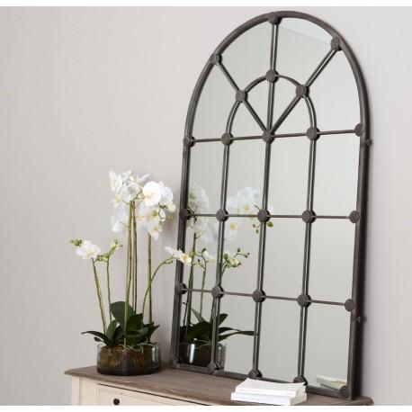 Lustro Prowansalskie o ciemnej ramie przypominającej okno.