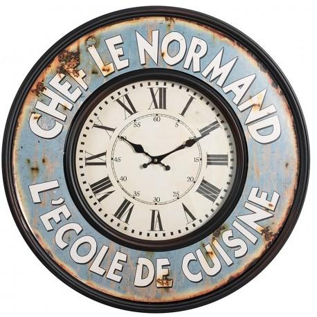 Zegar z niebieską postarzaną ramą, białą tarczą i rzymskimi cyframi