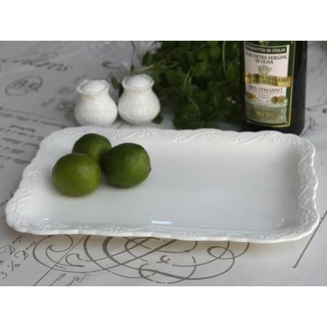 biały prostokątny talerz z lekkim zdobieniem na ramce