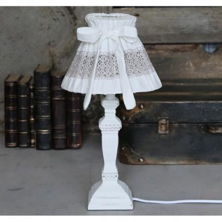 Lampka z białym trzonem i abażurem z koronką