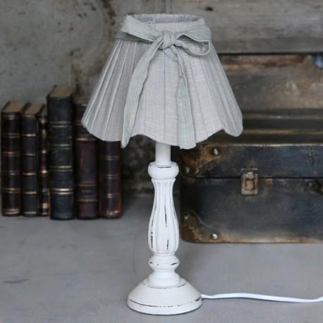 Lampka w stylu prowansalskim z szarym abażurem i białą podstawą