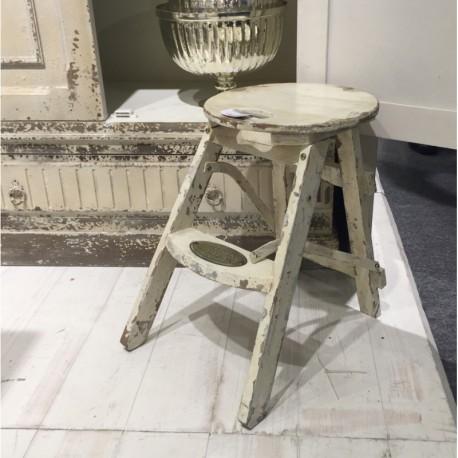 Drewniany stołek przecierany