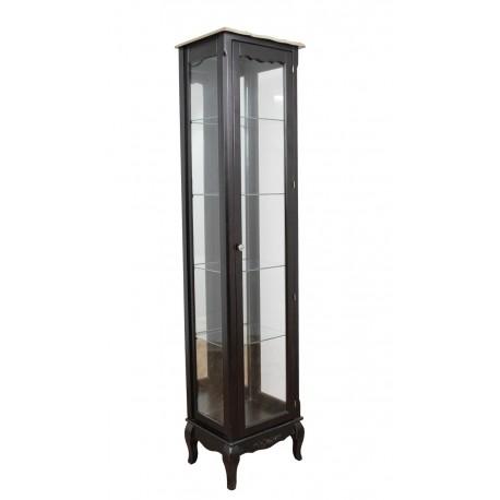 Wysoka witryna z oszklonymi ściankami oraz szklanymi półkami