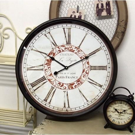 Zegar w stylu retro z białą ozodbioną tarczą, czarną ramą i rzymskimi cyframi