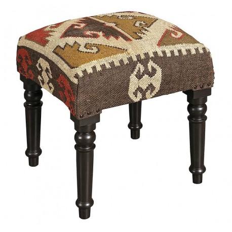 miękka ława w stylu etno na drewnianych nogach