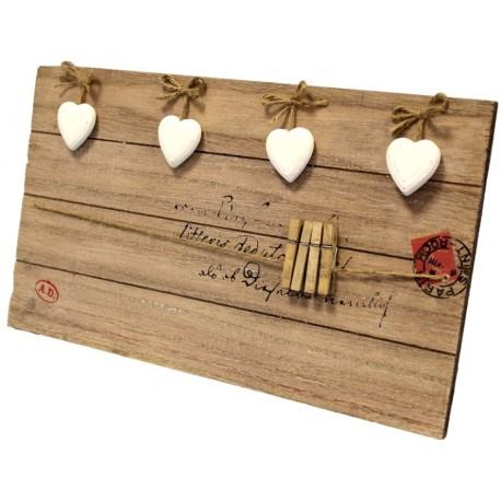 Drewniana tabliczka ze spinaczami na zdjęcia lub notatki ozdobiona serduszkami