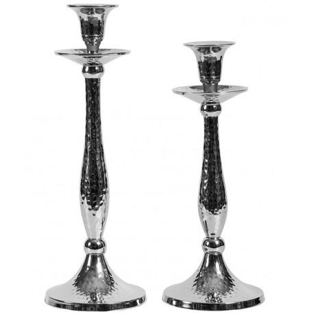 wysoki, wąski świecznik o srebrnym kolorze