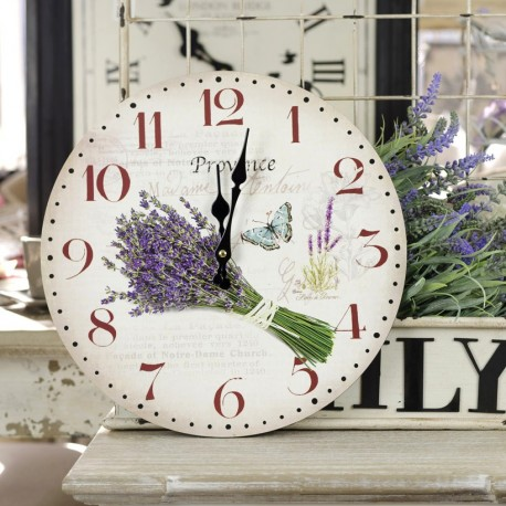 Zegar typowo w stylu prowansalskim. Na jasnym tle znajduje się piękny bukiet lawendy.
