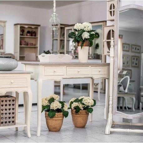 Konsola to mebel wysowdzący się z mody francuskiej. Komoda Pesaro może zastąpić również klasyczne biurko.