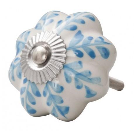 biały ceramiczny kwiat z niebieskim wzorkiem