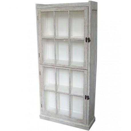 Duża witryna w s tylu prowansalskim z przeszklonymi drzwiami w formie okiennicy.