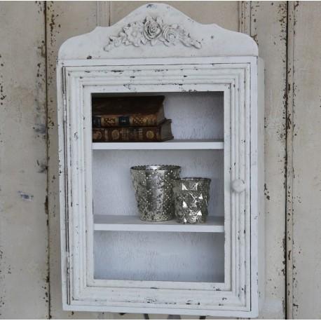 Pieknie zdobiona biała szafka w stylu prowansalskim