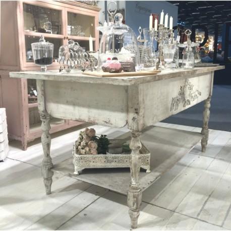 Mocno postarzany stół o prostokatnym blacie i półce u dołu