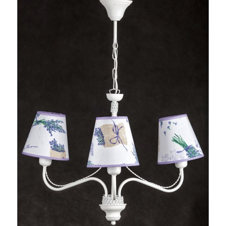 Biała lampa prowansalska z materiałowymi abażurami ozdobionymi lawendą doskonale pasuje do wnętrz prowansalskich.