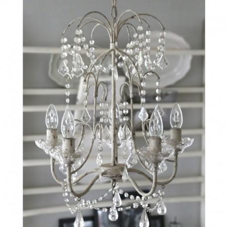 jasny, przecierany żyrandol ozdobiony kryształkami