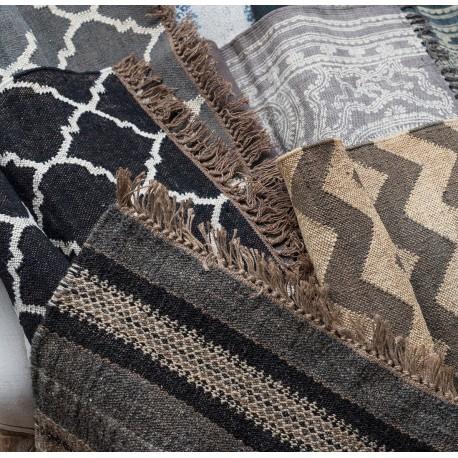 Dywany w stylu boho rozpoznasz dzięki nietypowemu wzornictwu. Są piękne i stylowe.
