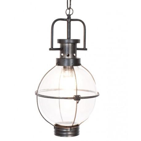 Lampa przypominająca kształtem latarnię sprawi, że wnętrze będzie klimatycznie oświetlone.