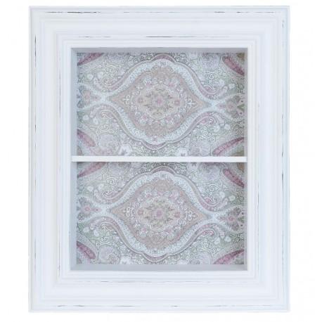 Biała szafka w stylu prowansalskim z jedną półką w środku, którą widać za szklanymi drzwiami.