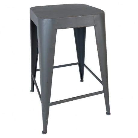 Niezbyt wysoki stołek metalowy to świetny zamiennik dla zwykłych krzeseł stojących przy kuchennym stoliku.