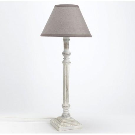 Stojąca lampa z bielonym trzonem wraz z szarym abażurem