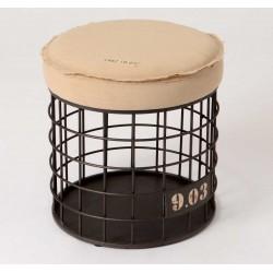 Okrągły metalowy stołek w ciemnym kolorze posiadający beżowe siedzisko