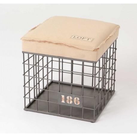 Kwadratowy stołek wykonany z czarnej kratki ma także beżowe siedzisko
