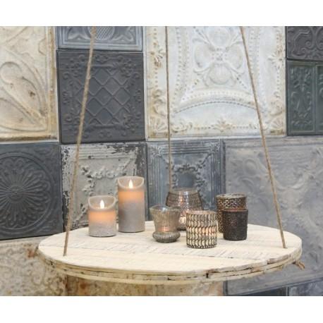 Oryginalna, metalowa półka na linach z wieloma antycznymi przetarciami jest doskonała do kuchni.