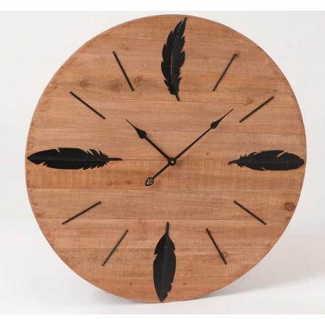 Drewniany zegar w brązowym kolorze ozdobiony  czarnymi piórkami