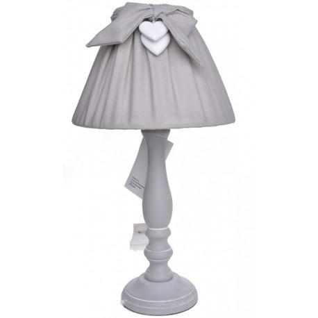 Szara lampka z dekoracyjną zawieszką z sercami.