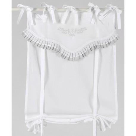 Biała zasłonka w stylu prowansalkim z ciekawymi i dodającymi jej lekkości falbanami w kolorze jasnoszarym.
