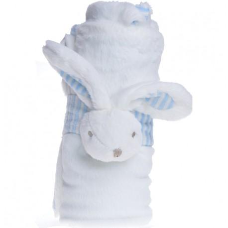 Biały, miękki kocyk udekorowany został niebieskim królikiem.