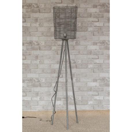 Lampa podłogowa z metalu ozdobi niejedn salon, jadalnię i sypialnię.