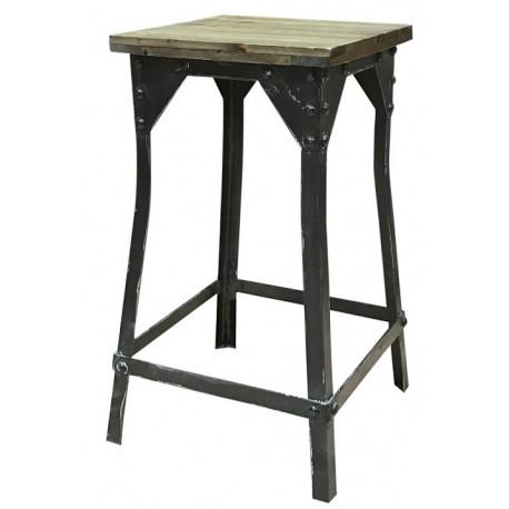 Wysoki stołek industrialny z kwadratowym siedziskiem z desek to projekt duńskiej marki Chic Antique.
