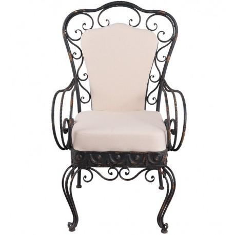Stylowy fotel prowansalski z metalu połączony z miękką tapicerką w jasnym kolorze to zdecydowanie jedno z najbardziej zaskakujących połączeń.