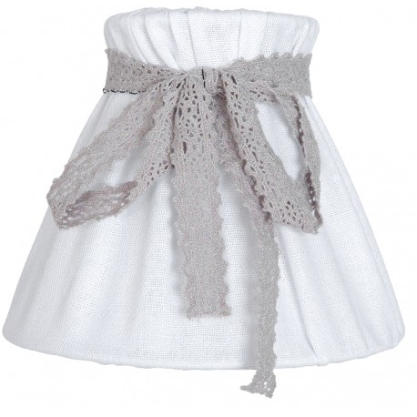 biały abażur ozdobiony kokardką w szarym kolorze