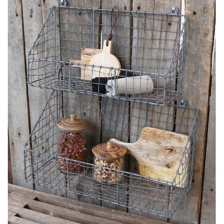 Kosze ścienne  z metalowej kratki możesz przeznaczyć do kuchni i śmiało wykorzystać jako suszarkę na naczynia.