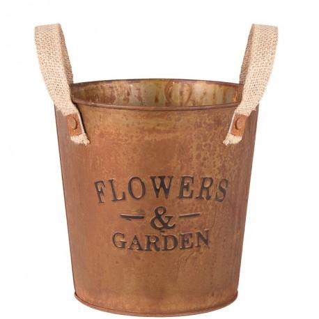Pordzawiona osłonka metalowa w stylu prowansalskim ma klasyczny kształt, ciepłą barwę i oryginalne napisy Flowers&Garden.