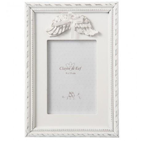 Biała, przecierana ramka na zdjęcia sprawdzi się ustawiona na komodzie lub nad kominkiem zdobiąc Twój salon.