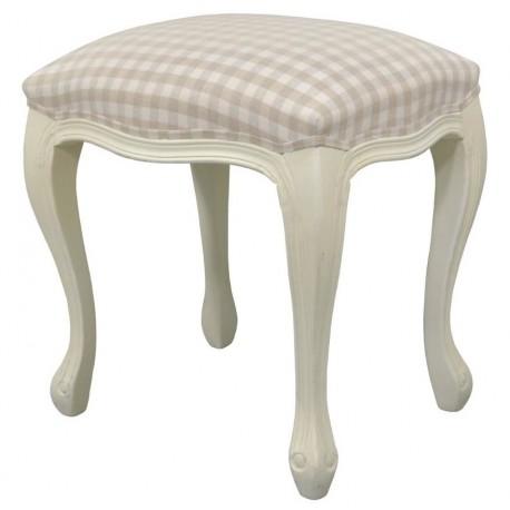 Taboret w stylu prowansalskim posiadający siedzisko ozdobione biało - beżową kratką.