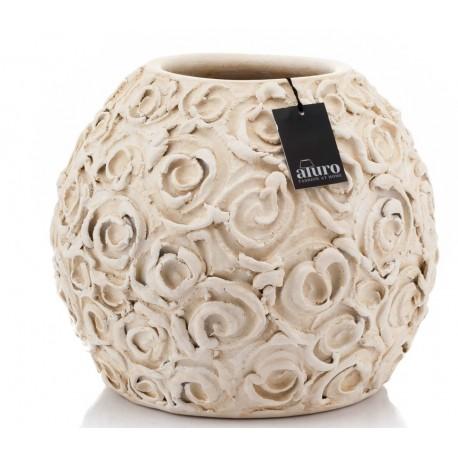 Stylowa, okrągła osłonka Aluro z kolekcji Sassi ma kremowy kolor i powierzchnię przypominającą drobne kwiaty róż.