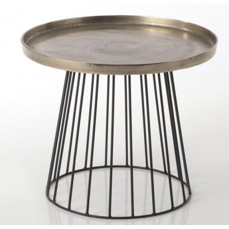 Okrągły stolik metalowy w kolorze zmieszanego srebra i złota genialnie sprawdzi się w roli stolika kawowego.