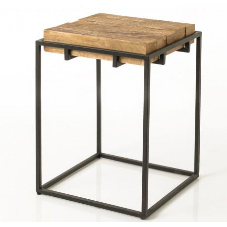 Stylowy stolik kawowy o prostej konstrukcji jest wykonany z drewnianych, grubych desek i metalu.