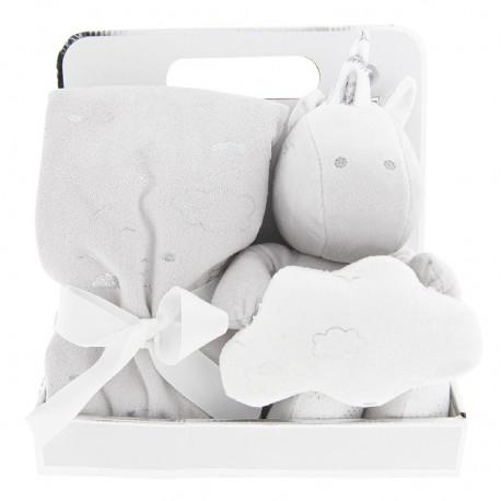 Uroczy, biały kocyk z pluszakiem w zestawie to świetny pomysł na prezent dla każdej mamy!