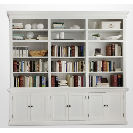 Biała biblioteczka w stylu prowansalskim to wprost idealne miejsce do przechowywania zbiorów książęk, dekoracji, ramek na zdjęcia i wielu innych przedmiotów.