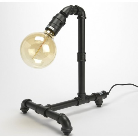 Stylowa lampa biurkowa w ciekawej formie przypominającej instalację hydrauliczną.