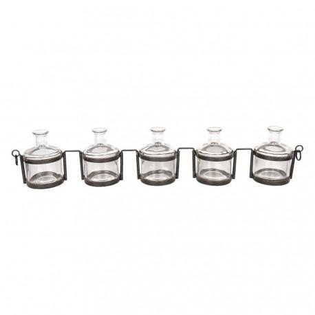 Szklane buteleczki w metalowym organizerze to pomysł na funkcjonalny dodatek do loftowej kuchni.