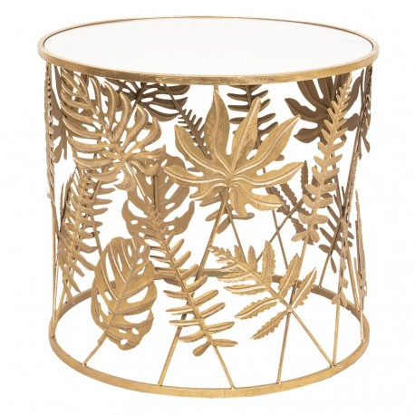 Okrągły, ażurowy stolik w kolorze złota ma blat wykonany z lustra.