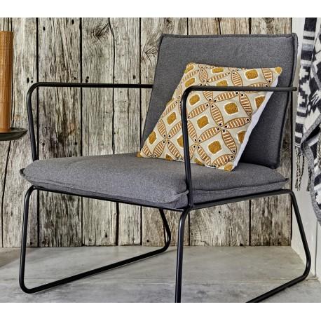 Metalowy fotel z miękkim siedziskiem i oparciem to dowód na to, że loftowe meble w cale nie muszą być mało komfortowe.
