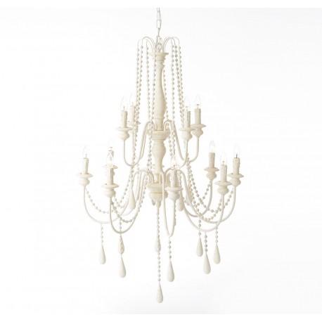 Kremowy żyrandol w stylu prowansalskim, którego cechą rozpoznawczą są dekoracyjne sznury koralików zawieszone pomiędzy ramionami.